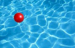 Rote Kugel und blaues Wasser Stockfoto