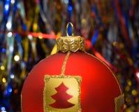 Rote Kugel von Weihnachten Stockbild