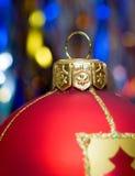 Rote Kugel von Weihnachten Stockfotos