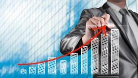 Rote Kurve des Geschäftsmannabgehobenen betrages mit Balkendiagramm, Geschäftsstrategie Stockfotos