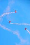 Rote Löwen, die während NDP 2012 fallschirmspringen Stockbild