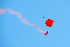 Rote Löwen, die während NDP 2012 fallschirmspringen Stockfotos