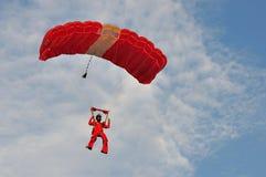 Rote Löwen Parachutistlandung während NDP 2011 Lizenzfreie Stockfotos