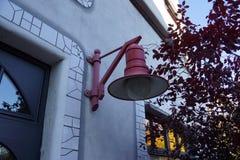 Rote Lampe auf der Außenseite einer Schule Stockfoto