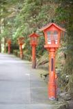 Rote Lampe im japanischen Garten Stockbilder