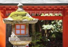 Rote Lampe im japanischen Garten Lizenzfreie Stockfotos