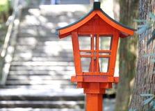 Rote Lampe im japanischen Garten Stockfotos