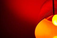 Rote Lampe im Kaffee Stockfotografie