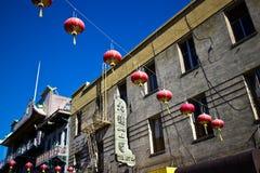Rote Laternen hängen über einer Straße in Chinatown, San Francisco USA lizenzfreie stockbilder