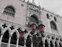 Rote Laternen in San Marco lizenzfreie stockbilder