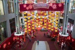 Rote Laternendekoration am Einkaufszentrum Stockbilder