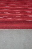 Rote Laufbahn eines Leichtathletikstadions Stockfotos