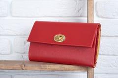 Rote Lederkupplung der Frau s auf dem weißen Wandhintergrund Lizenzfreies Stockfoto
