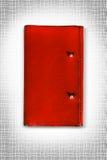 rote lederne Abdeckung des Tagebuchisolats ist auf weißem Hintergrund Stockfotografie