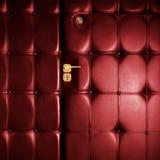 Rote lederne Luxuxtür in der Retro- Art Lizenzfreies Stockfoto