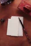 Rote lederne Tintenkladde der Weinlese mit Retro- Postkarten auf leathe Lizenzfreies Stockbild