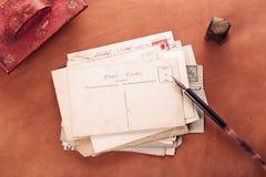 Rote lederne Tintenkladde der Weinlese mit Retro- Postkarten auf leathe Lizenzfreie Stockbilder