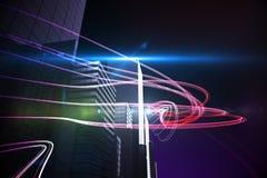 Rote Lichtstrahlen über Wolkenkratzern Stockbild