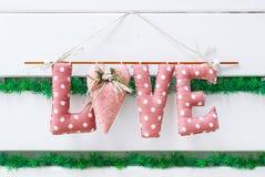 Rote Liebe der Aufschrift mit Herzen und Blumen Stockfotografie