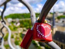 Rote Liebesverschlüsse mit Herzen stockfotos