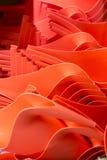 Rote Linien von Plastikteilen Stockfotos