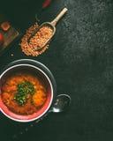Rote Linsensuppe in der Schüssel auf dunklem rustikalem Hintergrund, Draufsicht mit Kopienraum Lebensmittel des strengen Vegetari stockbilder