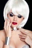 Rote Lippen. Blonde Frau mit dem weißen kurzen Haar auf schwarzem Ba Stockbilder