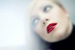 Rote Lippen der schönen Frauen Stockfotografie