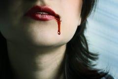 Rote Lippen mit dem Blut, das vorbei fällt Stockbild
