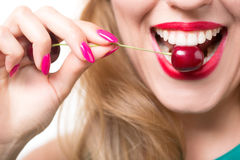 Rote Lippen mit Kirsche Stockfotografie