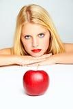 Rote Lippen und ein roter Apfel Stockfoto