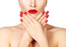 Rote Lippen und helle manikürte Nägel Sexy offener Mund Schöne Maniküre und Make-up Celebrate bilden und säubern Haut Lizenzfreies Stockbild