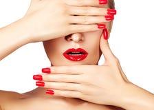 Rote Lippen und helle manikürte Nägel Sexy offener Mund Schöne Maniküre und Make-up Celebrate bilden und säubern Haut Lizenzfreie Stockbilder