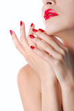 Rote Lippen und Maniküre stockbild