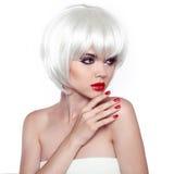 Rote Lippen und manikürte Nägel. Mode-stilvolle Schönheits-Frau Portr Lizenzfreies Stockbild