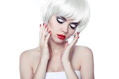 Rote Lippen und manikürte Nägel. Mode-stilvolle Schönheits-Porträt wi Lizenzfreies Stockfoto
