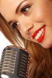 Rote Lippen und Mikrofon Lizenzfreies Stockfoto