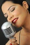 Rote Lippenschönheit, die mit Retro- mic singt Lizenzfreie Stockfotos