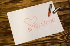 Rote Lippenstiftaufschrift mit Liebe stockfoto