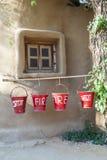 Rote Löscheimer gefüllt mit Sand Stockbilder