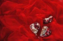 Rote Luxe Brosche des Herzens, Aschenputtel-Schuhe, Heiratshintergrund mit handgemachtem Brautschmuck stockbild
