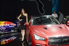 Rote Luxusunendlichkeit Junge Frau Red Bulls internationaler Automobil-Salon Russland Moskaus Stockfotografie