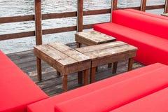 Rote Möbel im Freien mit Holztisch Lizenzfreie Stockfotografie