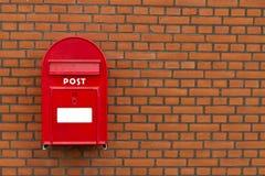 Roter Briefkasten auf Steinwand Lizenzfreies Stockfoto