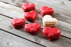 Rote Makronennachtische auf hölzernem Hintergrund Nachtisch zum Frühstück an Valentinsgruß ` s Tag Lizenzfreie Stockbilder