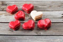 Rote Makronennachtische auf hölzernem Hintergrund Nachtisch zum Frühstück an Valentinsgruß ` s Tag Stockbilder