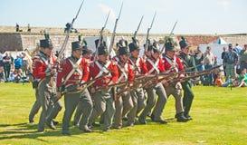 Rote Mantelsoldaten, die eine Ladung am Fort George bilden Lizenzfreie Stockfotos