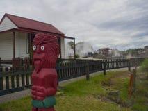Rote Maori- Statue in Rotorua, Neuseeland stockfotografie
