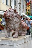 Rote Marmorstatue des Löwes an St Mark Quadrat in Venedig, Italien Stockfotografie