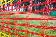 Rote Masche, die im Park hängt Stockfoto